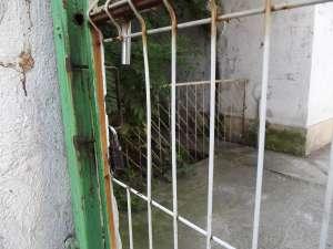 Porţile se închid cu lacătul în timpul orelor de curs